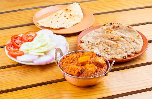 Délicieuse cuisine indienne épicée paneer toofani, servie avec roti tandoori Photo Premium