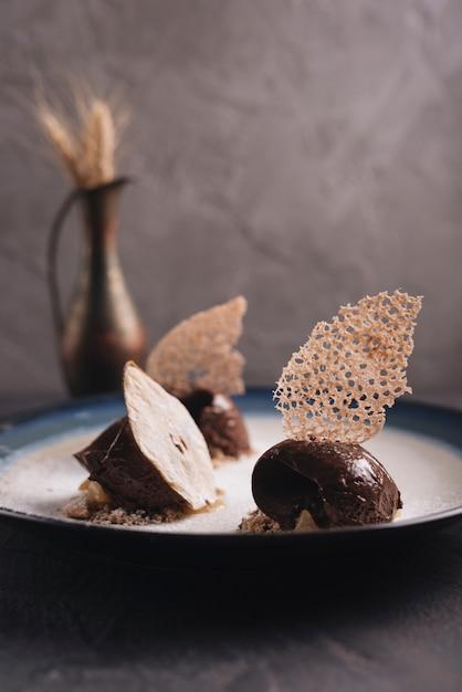 Délicieuse pâtisserie au chocolat avec décoration sur assiette Photo gratuit