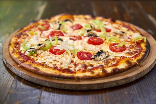 Délicieuse pizza aux légumes sur la table Photo Premium