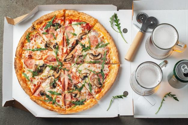 Délicieuse pizza chaude dans une boîte. Photo Premium