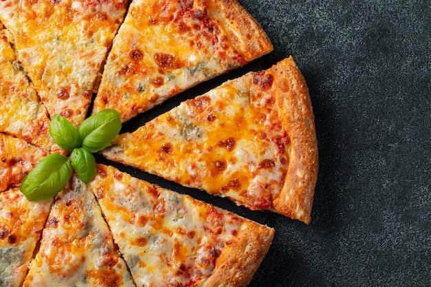 Délicieuse pizza italienne quatre fromages au basilic. Photo Premium