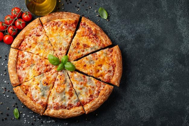 Délicieuse pizza italienne à quatre fromages. Photo Premium