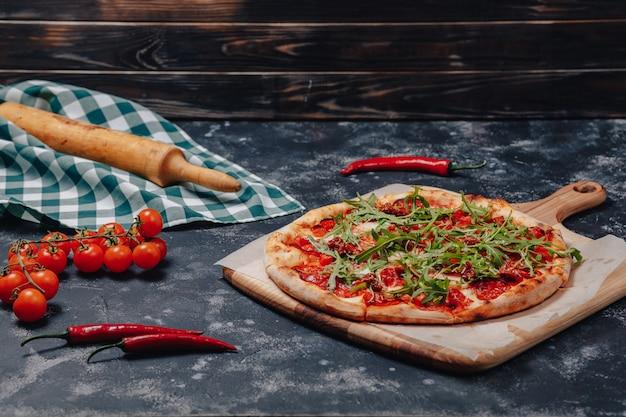 Délicieuse Pizza Napolitaine Sur Une Planche Photo gratuit