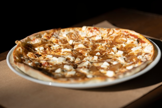 Délicieuse pizza sur la table Photo Premium