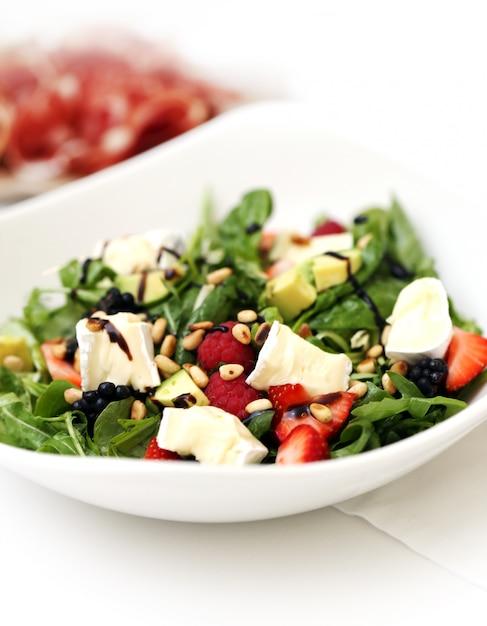 Délicieuse salade lors d'un banquet Photo gratuit