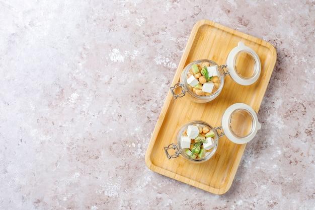 Délicieuse Salade De Pois Chiches à L'avocat Et Au Fromage Feta, Vue De Dessus Photo gratuit