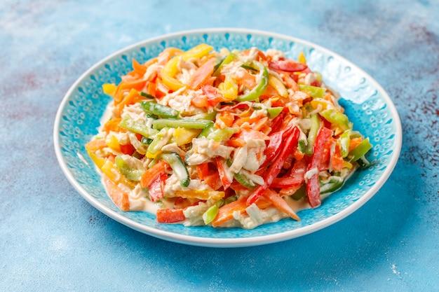 Délicieuse Salade De Poivrons Sains Au Poulet, Vue De Dessus Photo gratuit
