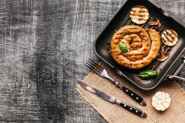 Délicieuse saucisse d'escargot garnir de poivre rouge et de basilic Photo gratuit