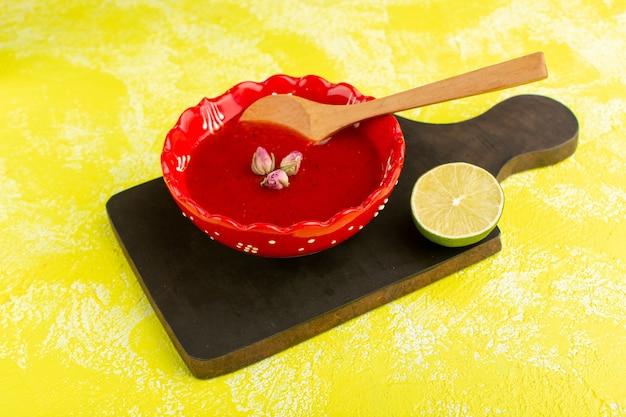 Délicieuse Soupe Aux Tomates à L'intérieur De La Plaque Rouge Avec Une Tranche De Citron Sur Jaune, Repas De Soupe Dîner Repas Légumes Photo gratuit