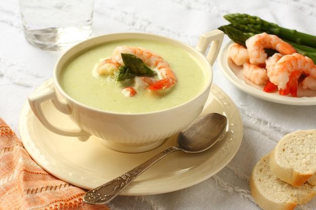 Délicieuse soupe à la crème avec asperges et crevettes. mise au point sélective Photo Premium