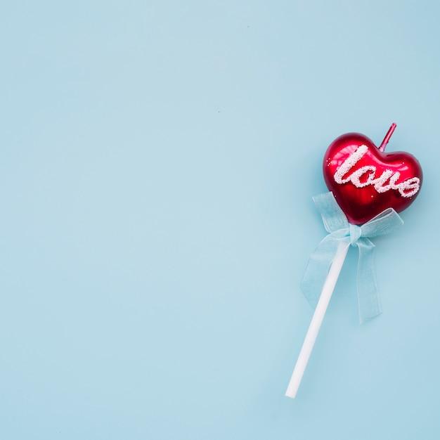 Délicieuse sucette sur baguette en forme de coeur Photo gratuit