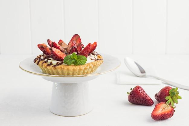 Délicieuse tarte aux fraises sur une assiette Photo gratuit