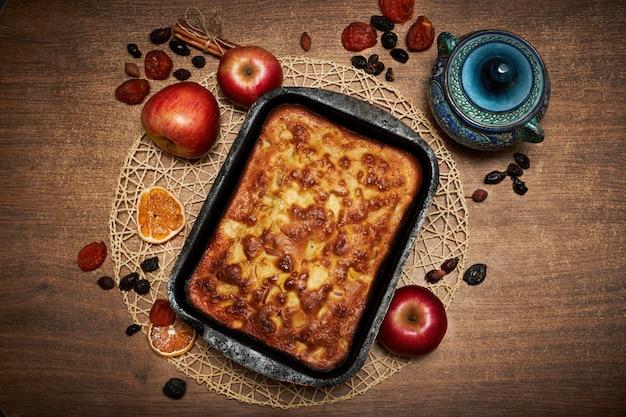 Délicieuse tarte aux pommes cuite à la maison. tarte sucrée Photo Premium
