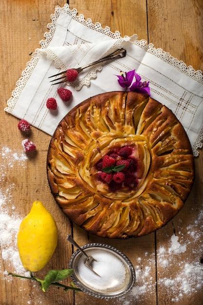 Délicieuse Tarte Aux Pommes Avec Framboises Fraîches Photo Premium