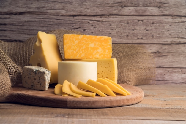 Délicieuse Variété Biologique De Fromage Sur La Table Photo Premium