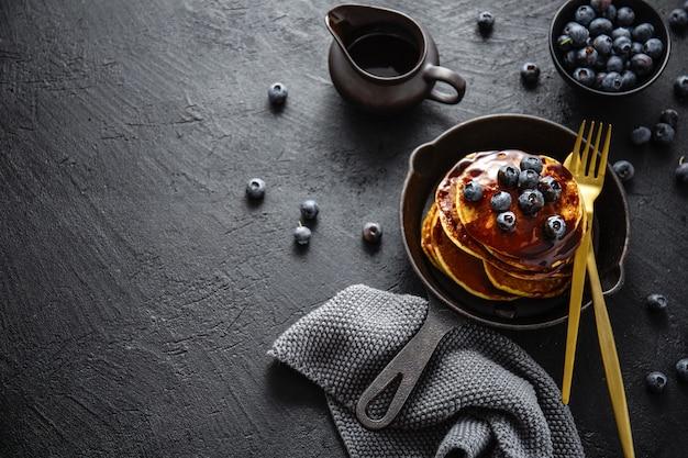 Délicieuses crêpes maison avec sauce et baies Photo Premium