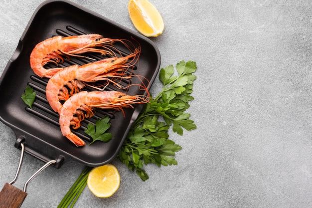 Délicieuses crevettes sur le plat avec des condiments Photo gratuit