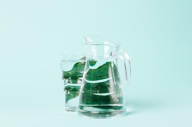 Délicieuses feuilles de menthe sur fond bleu Photo gratuit