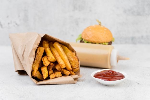 Délicieuses frites avec un hamburger flou Photo gratuit