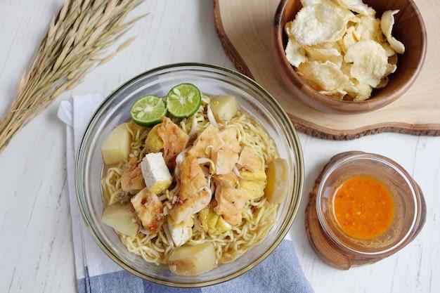 Délicieuses nouilles au tofu, pomme de terre et citron vert Photo Premium