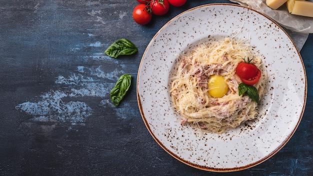 Délicieuses Pâtes Alla Carbonara. Vue De Dessus. Photo Premium