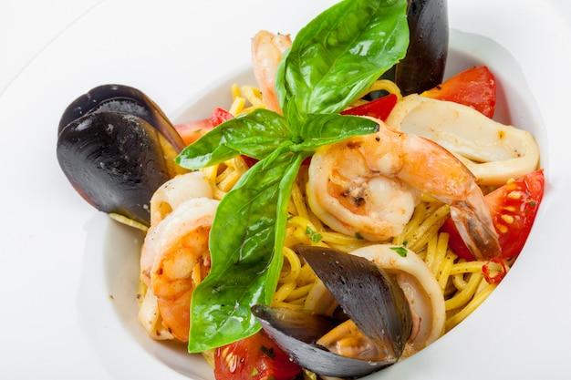Délicieuses pâtes italiennes aux fruits de mer Photo Premium