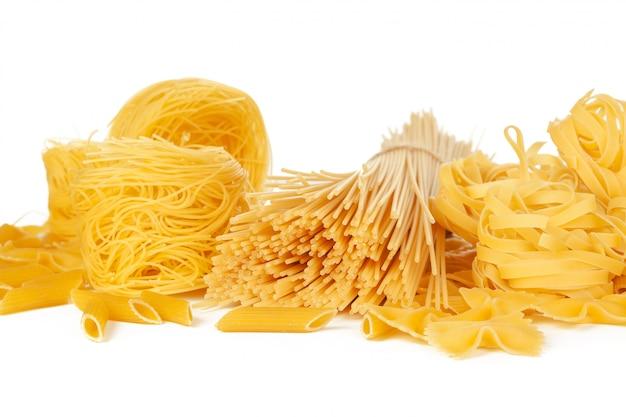 Délicieuses pâtes mélangées sur blanc Photo Premium