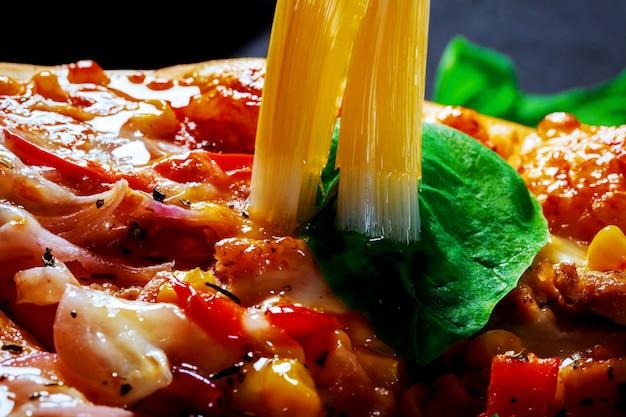 De délicieuses pizzas au bacon et aux champignons se bouchent dans la table Photo Premium