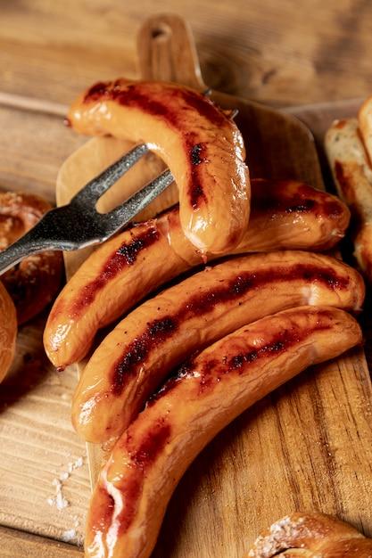 Délicieuses saucisses grillées sur une table Photo gratuit