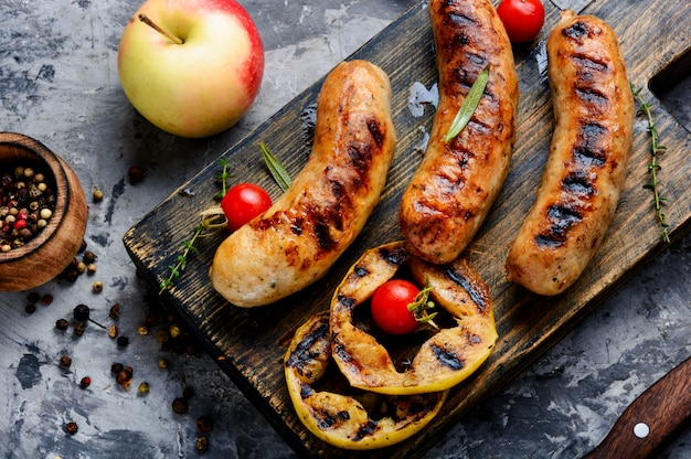Délicieuses saucisses grillées Photo Premium