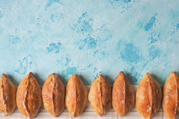 Délicieuses Tartes Avec Espace Copie Sur La Table Bleue. Petites Tartes, Gâteau Maison. Photo Premium