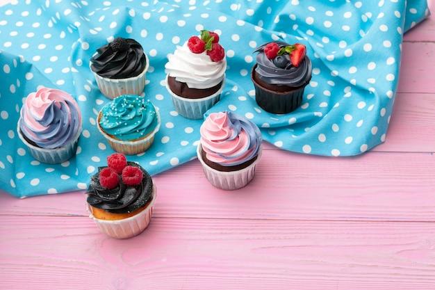 Délicieux assortiment de beaux petits gâteaux bouchent Photo Premium