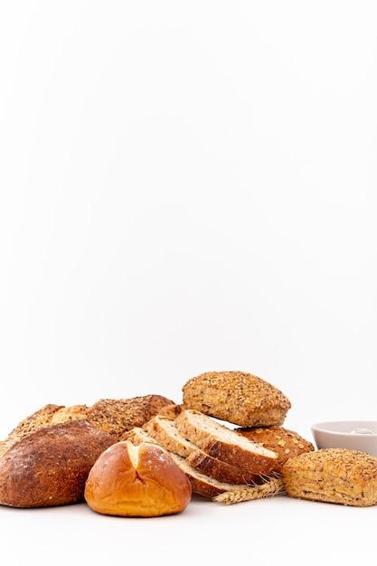 Délicieux assortiment de pain et de l'espace de copie vue de face Photo gratuit