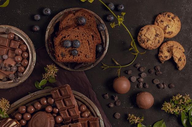 Délicieux assortiment plat de chocolat mélangé Photo gratuit