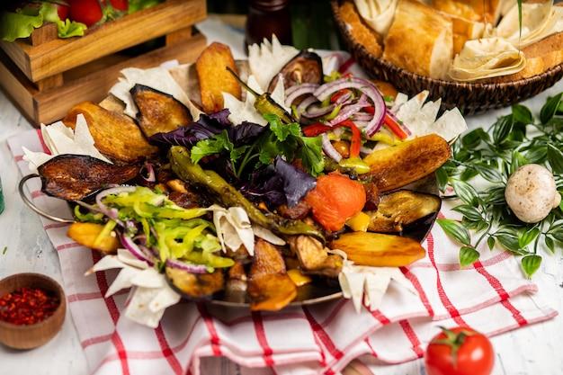 Le délicieux assortiment de viande et de légumes. sac ici - nourriture azerbaïdjanaise. saute à la viande Photo gratuit