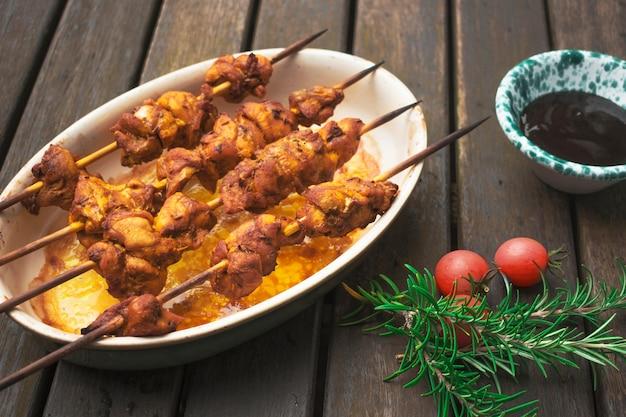 Délicieux brochettes de shish de viande servis sur table Photo gratuit
