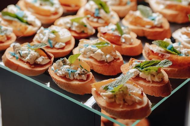 Délicieux buffet de fête avec des canapés et différents plats délicieux Photo Premium