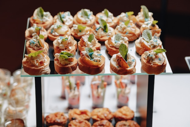 Délicieux buffet de fête avec canapés et différents plats délicieux Photo Premium