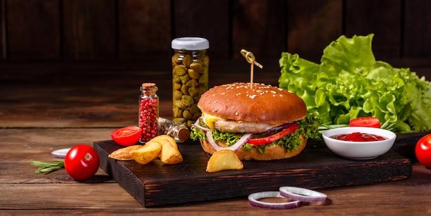 Délicieux Burger Fait Maison Sur Une Table En Bois Photo Premium