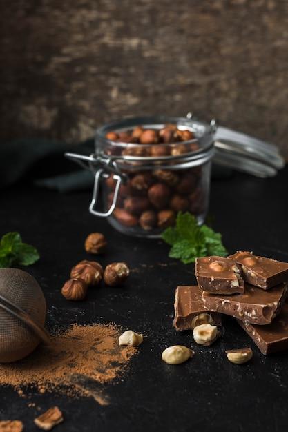 Délicieux Chocolat Aux Noisettes Prêt à être Servi Photo gratuit