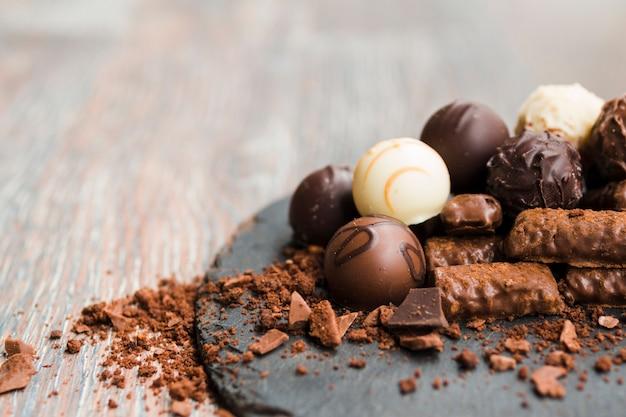 De délicieux chocolats sur une plaque d'ardoise Photo gratuit