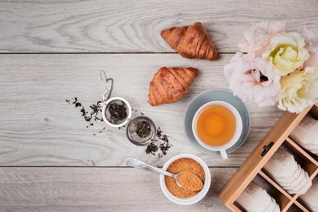 Délicieux croissants sur fond en bois Photo gratuit