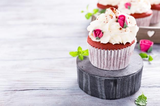 Délicieux cupcakes de velours rouge Photo Premium