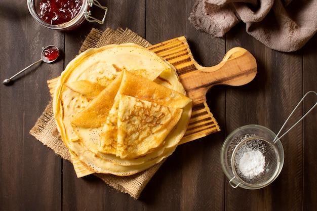 Délicieux Dessert Crêpe D'hiver Avec De La Confiture Et Du Sucre Photo gratuit