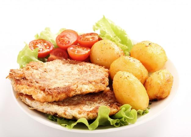 Délicieux Dîner Avec Steaks, Pommes De Terre Bouillies Et Salade Photo gratuit