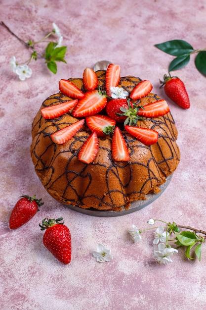 Délicieux Gâteau Au Chocolat Aux Fraises Avec Des Fraises Fraîches, Vue Du Dessus Photo gratuit