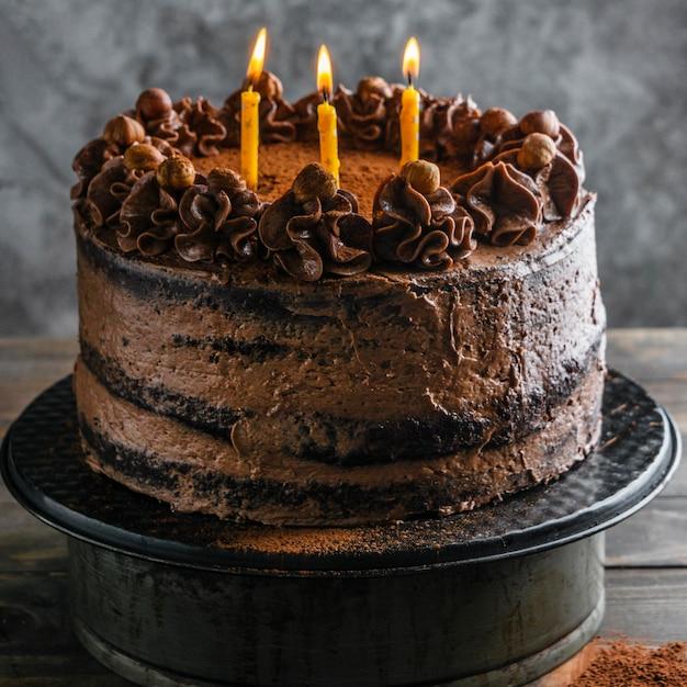 Délicieux Gâteau Au Chocolat Avec Des Bougies Photo Premium