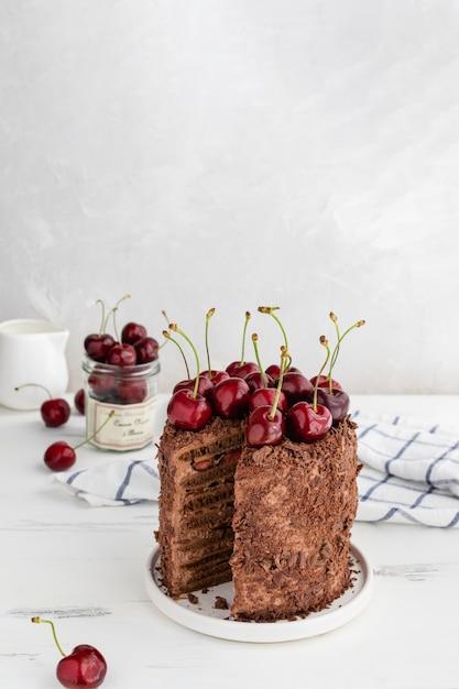 Délicieux gâteau au chocolat décoré de cerises, espace de copie Photo Premium