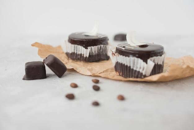 Délicieux gâteau au chocolat sur fond de béton texturé Photo gratuit