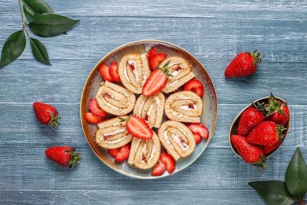 Délicieux Gâteau Aux Fraises Avec Des Fraises Fraîches, Vue De Dessus Photo gratuit